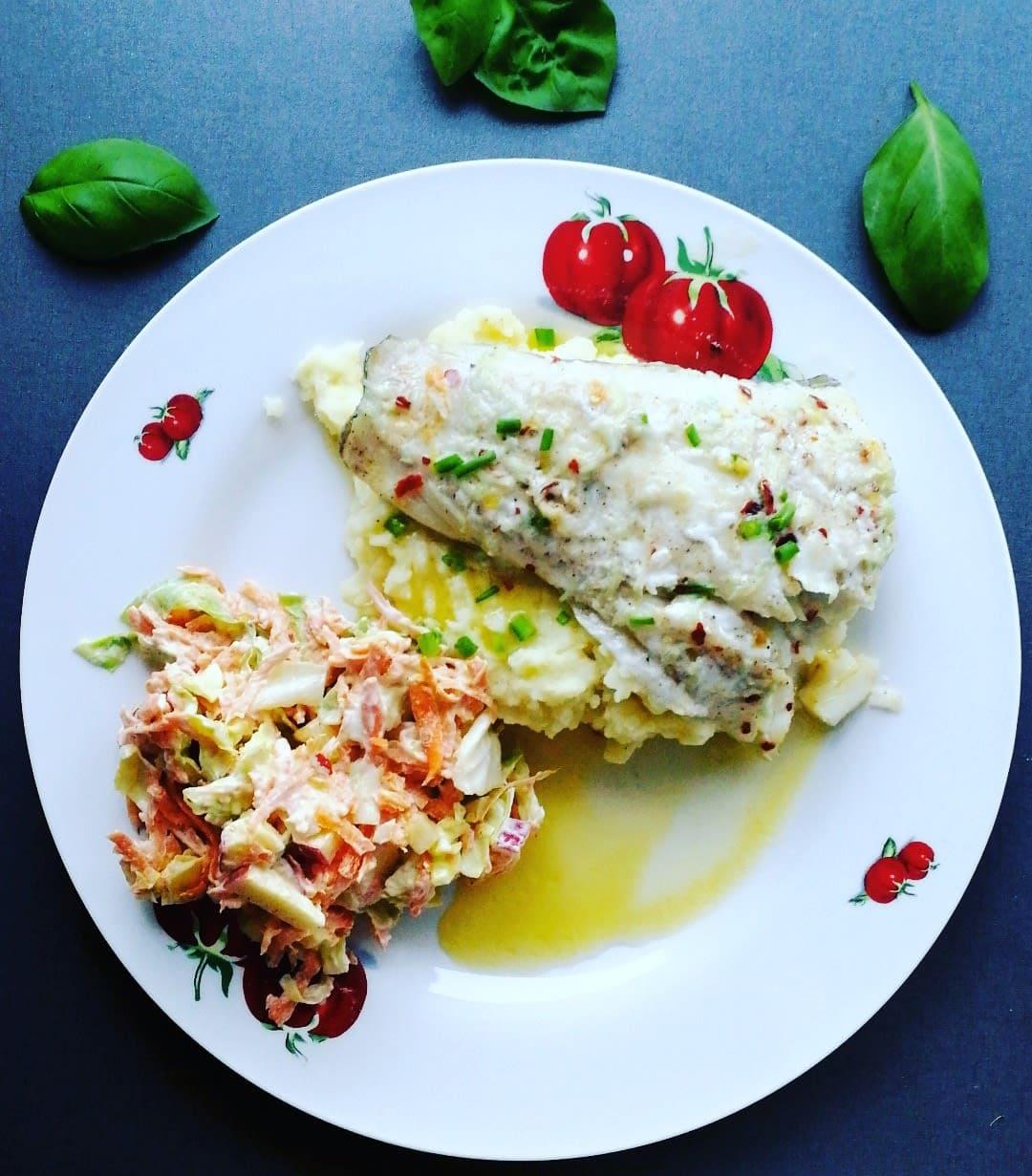 Torsk med potetstappe, sitronsaus og coleslaw
