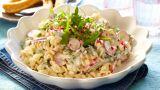 Lettlaget pastasalat med reddiker, ruccola, smuldret fetaost og saus
