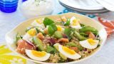 Lun sommersalat med laks, spinat og couscous