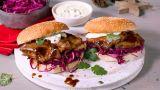 Ribbeburger med lettsyltet rødkål og rømmedressing