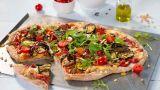 Pizza med grov bunn og grillede grønnsaker