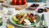Grillet kyllingspyd med gresk salat