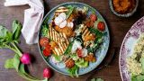 Quinoasalat med grillet halloumi-ost og harissadressing