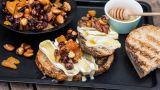 Grillet crostini med brie og nøtteblanding