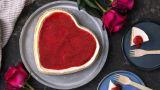 Bakt ostekake med jordbærsaus