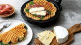 Havrevaffel-toast med brie og salami