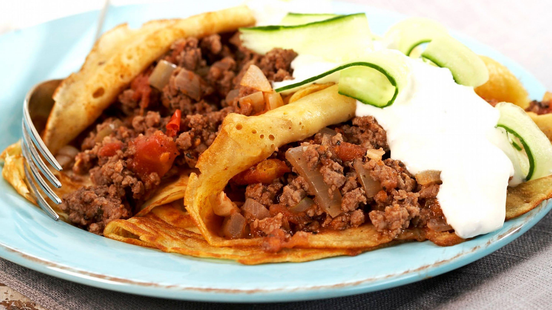 Fylte middagspannekaker med karbonadedeig og tzatsiki
