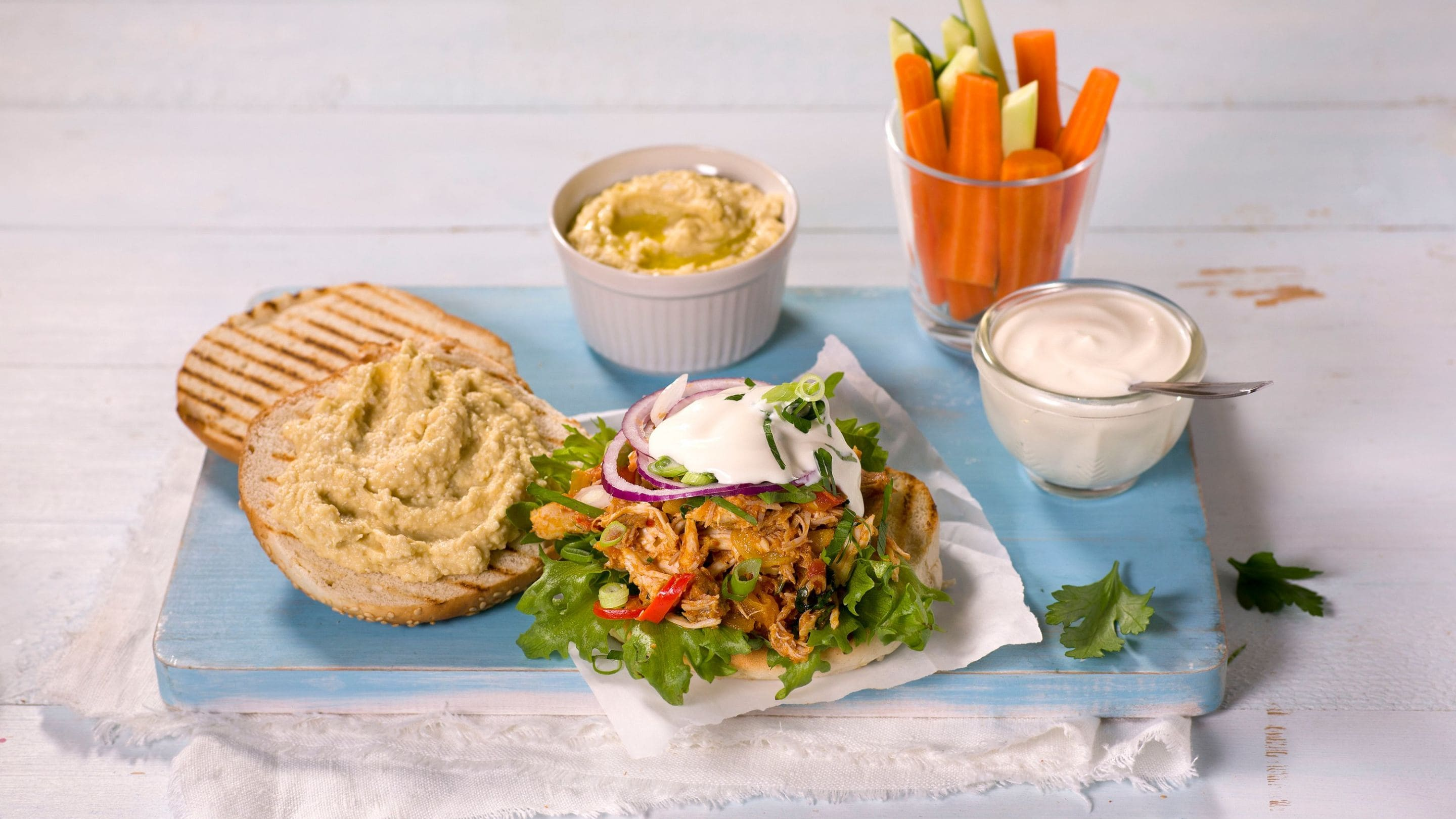 Pulled chicken-burger med hummus