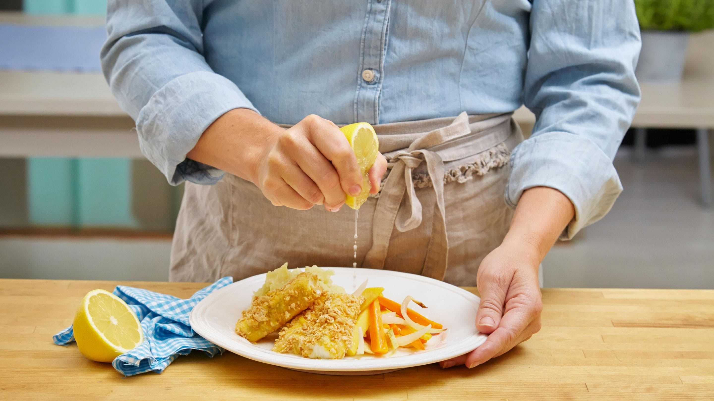 Hjemmelagde fiskepinner med potetmos og rotgrønnsaker