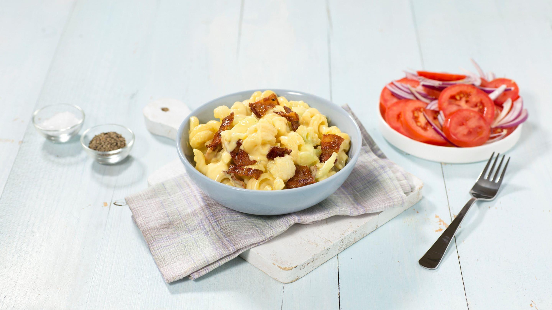 Mac 'n' cheese med blomkål og tomatsalat