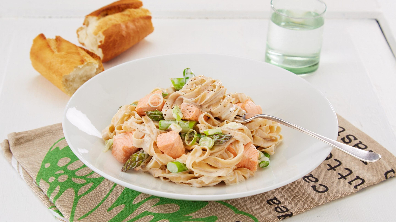 Laks med pasta og asparges