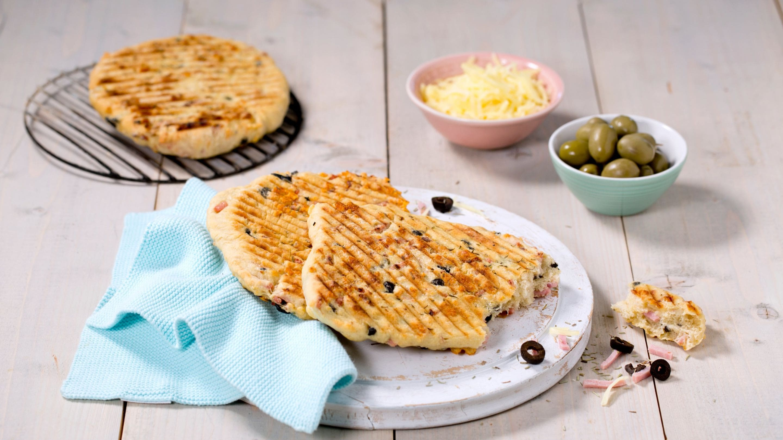 Grillet focaccia med ost og skinke