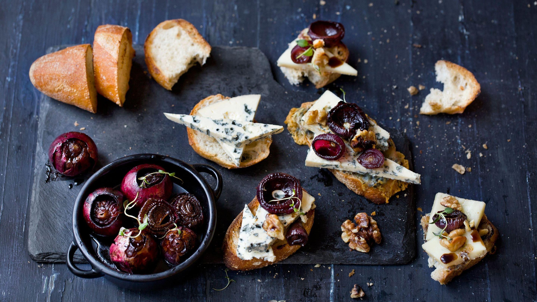 Crostini med gorgonzola, valnøtter og balsamicobakt småløk