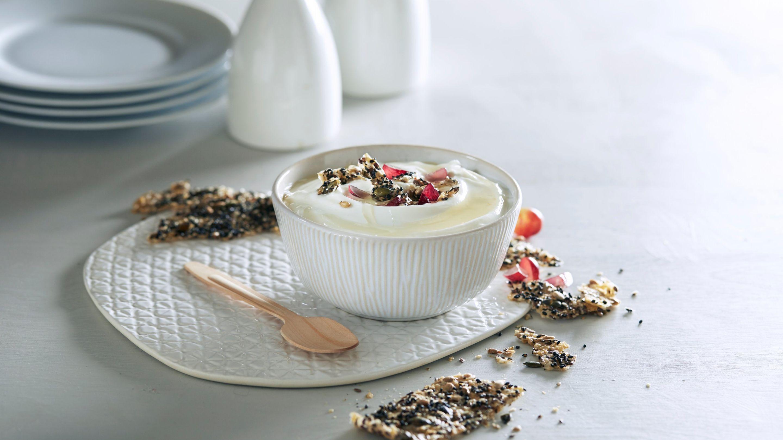 Yoghurt naturell med crispy knekkebrød, druer og honning