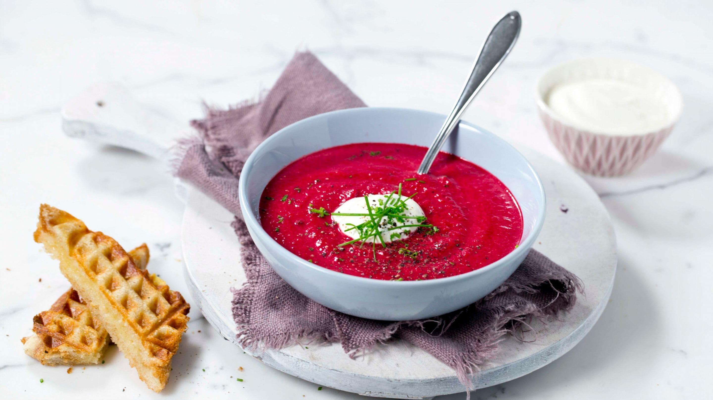 Rødbetsuppe og varmt ostesmørbrød
