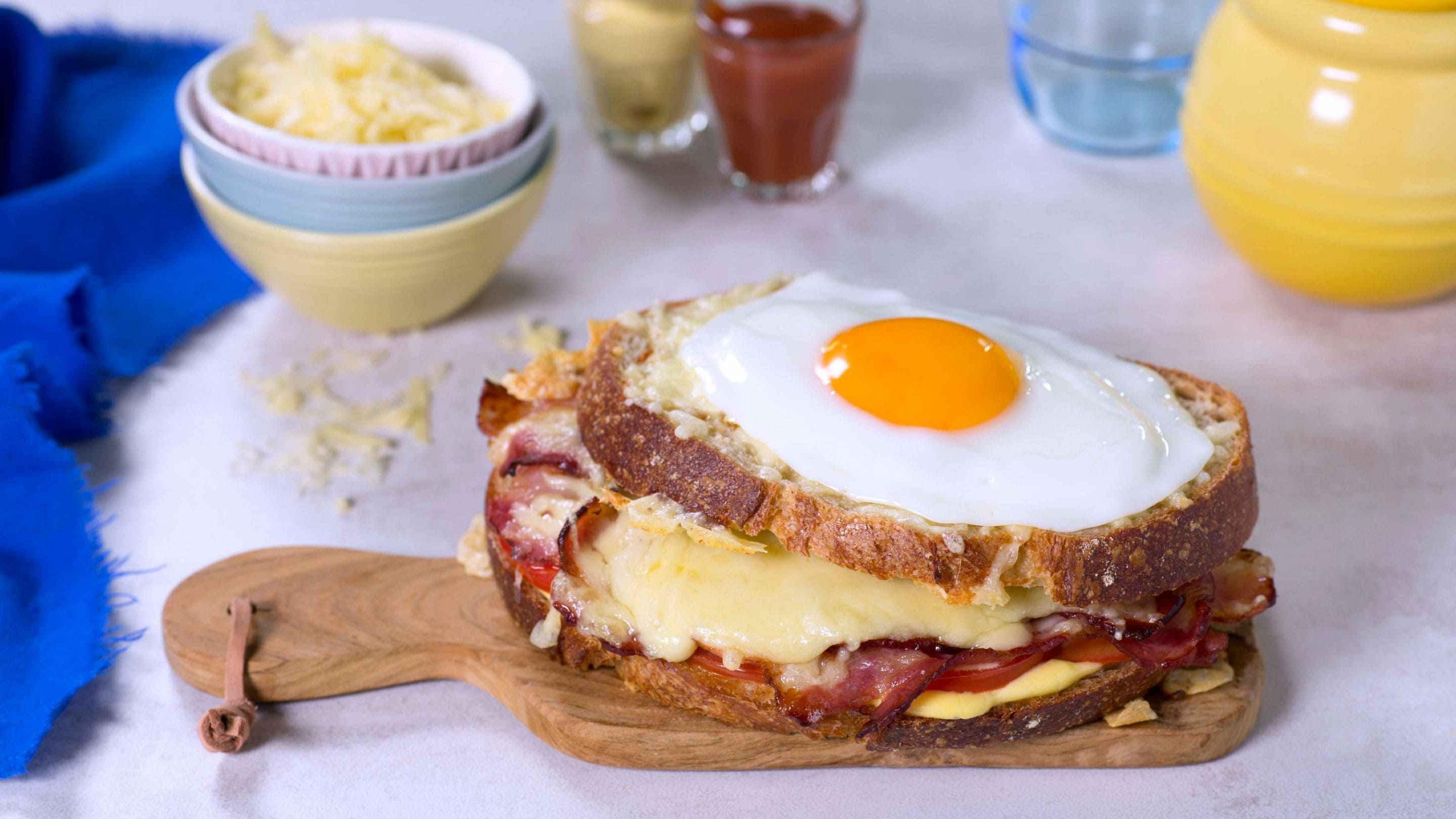 Croque madame med tomat og bacon