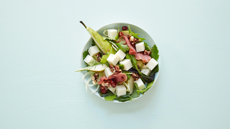 Salat med hvit geitost, pære, karamelliserte hasselnøtter og fennikel