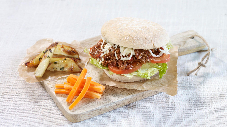 «Sloppy Joes» med grove hamburgerbrød og gulrotstaver