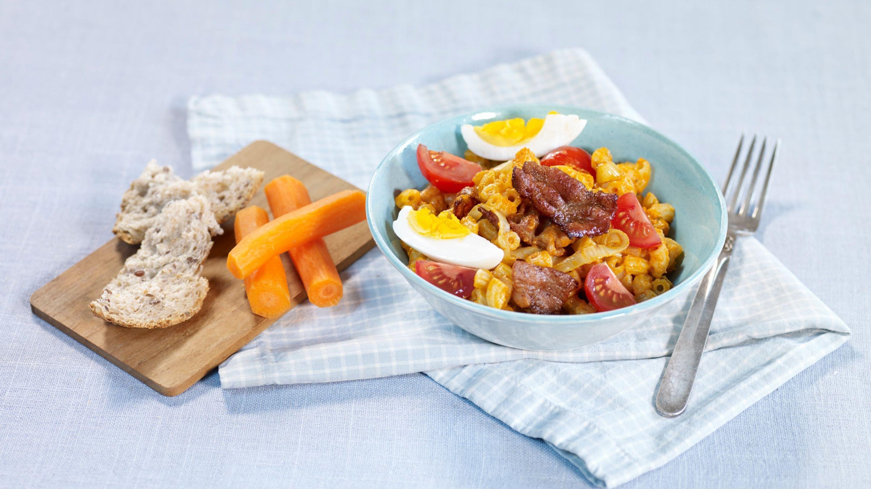 Pastasalat med egg og bacon