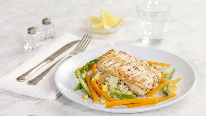 Stekt torsk med risotto og grønnsaker