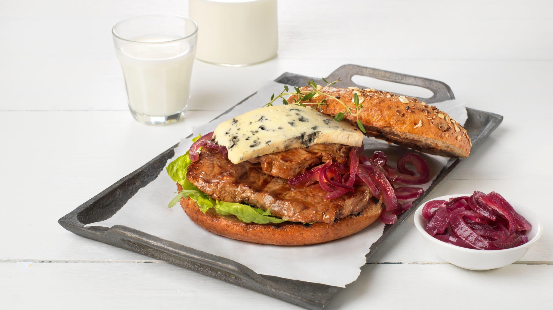 Biff- og blåmuggsandwich med syltet rødløk