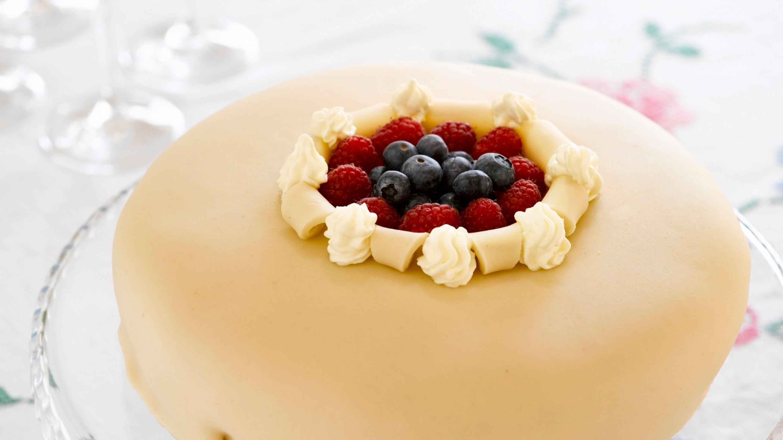 Åpen marsipankake med bær