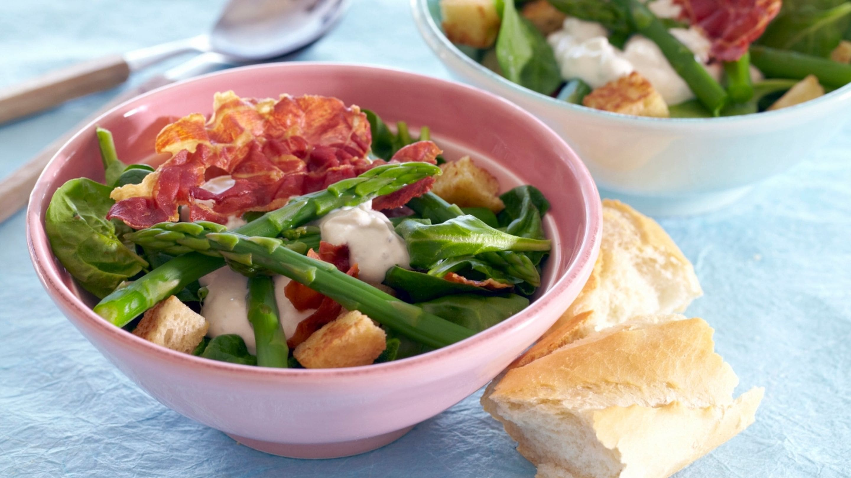 Spinatsalat med ost, asparges og stekt parmaskinke