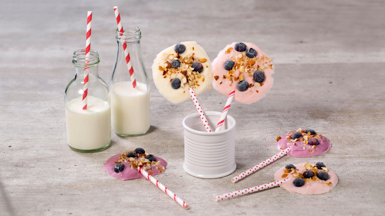 Yoghurtis på pinne med bær og nøtter