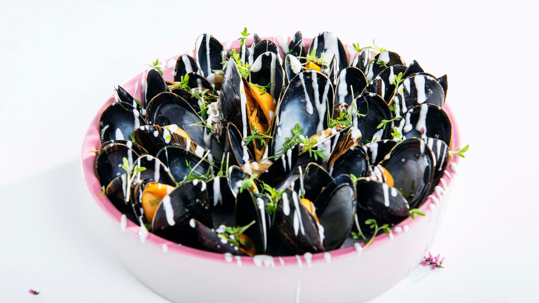 Nydampede blåskjell med Crème Fraîche- og hvitløksdipp