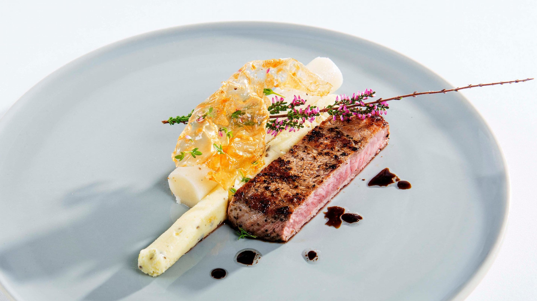 «Smørbiff» av kalv med potetkrem og bakte rotgrønnsaker