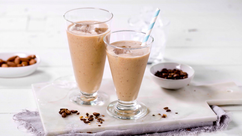 Iskaffe-smoothie med banan og mandler