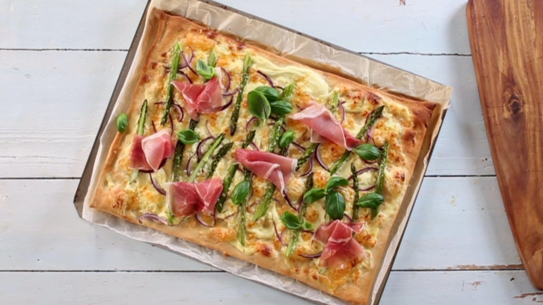 Hvit pizza med asparges og spekeskinke