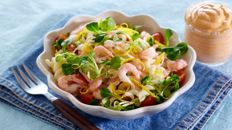 Nydelig pastasalat med reker og skalldyr