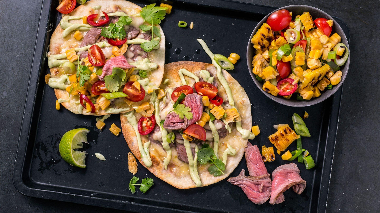 Ostegratinert taco med biffstrimler, guacamole og grillet mais-salsa