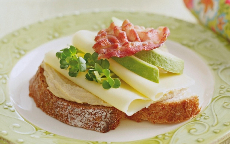 Ostemat med hummus, avocado og bacon