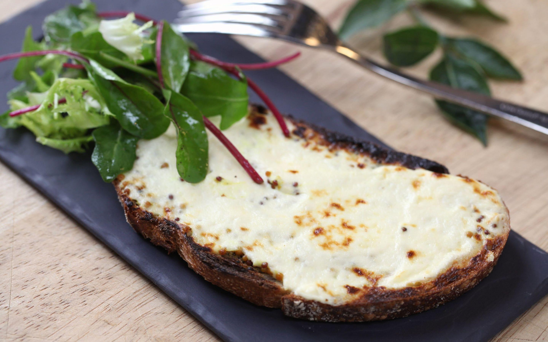 Gratinert brød med kremost og salat