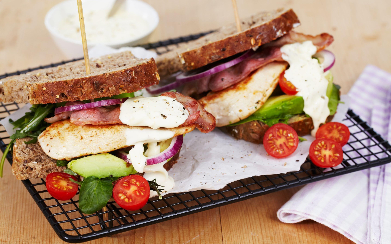 BLT sandwich med kylling og avokado