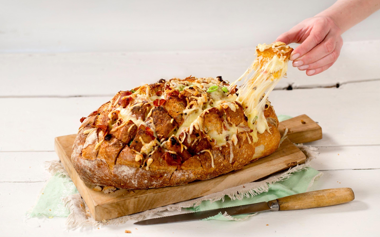 Ostefylt brød med skinke og soltørket tomat