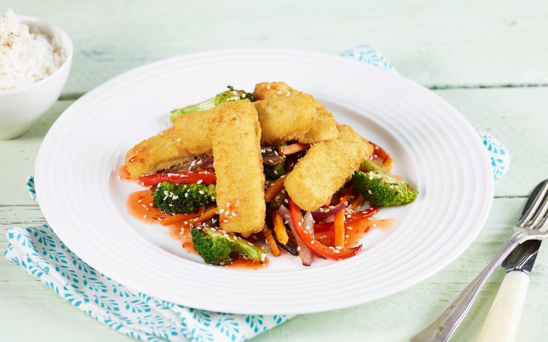 Fiskepinner med wokede grønnsaker