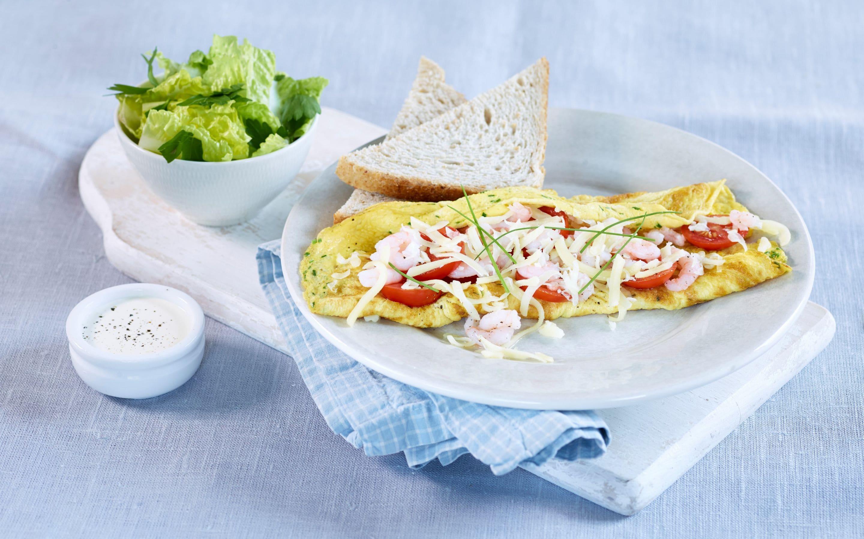 Omelett med reker og salat