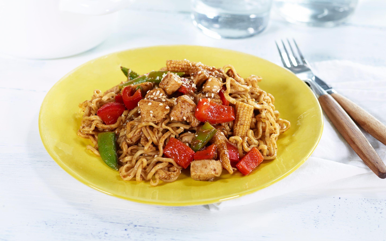 Stekte nudler med kylling og grønnsaker