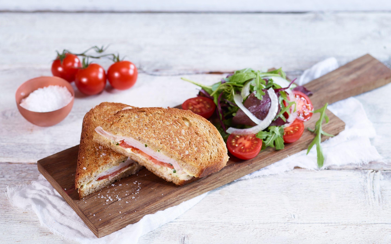 Panini med kalkun og tomat