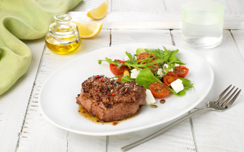 Pepperbiff med lun tomat og chevresalat