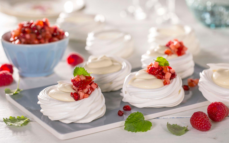 Pavlova-kopper med vaniljekrem og fruktsalsa