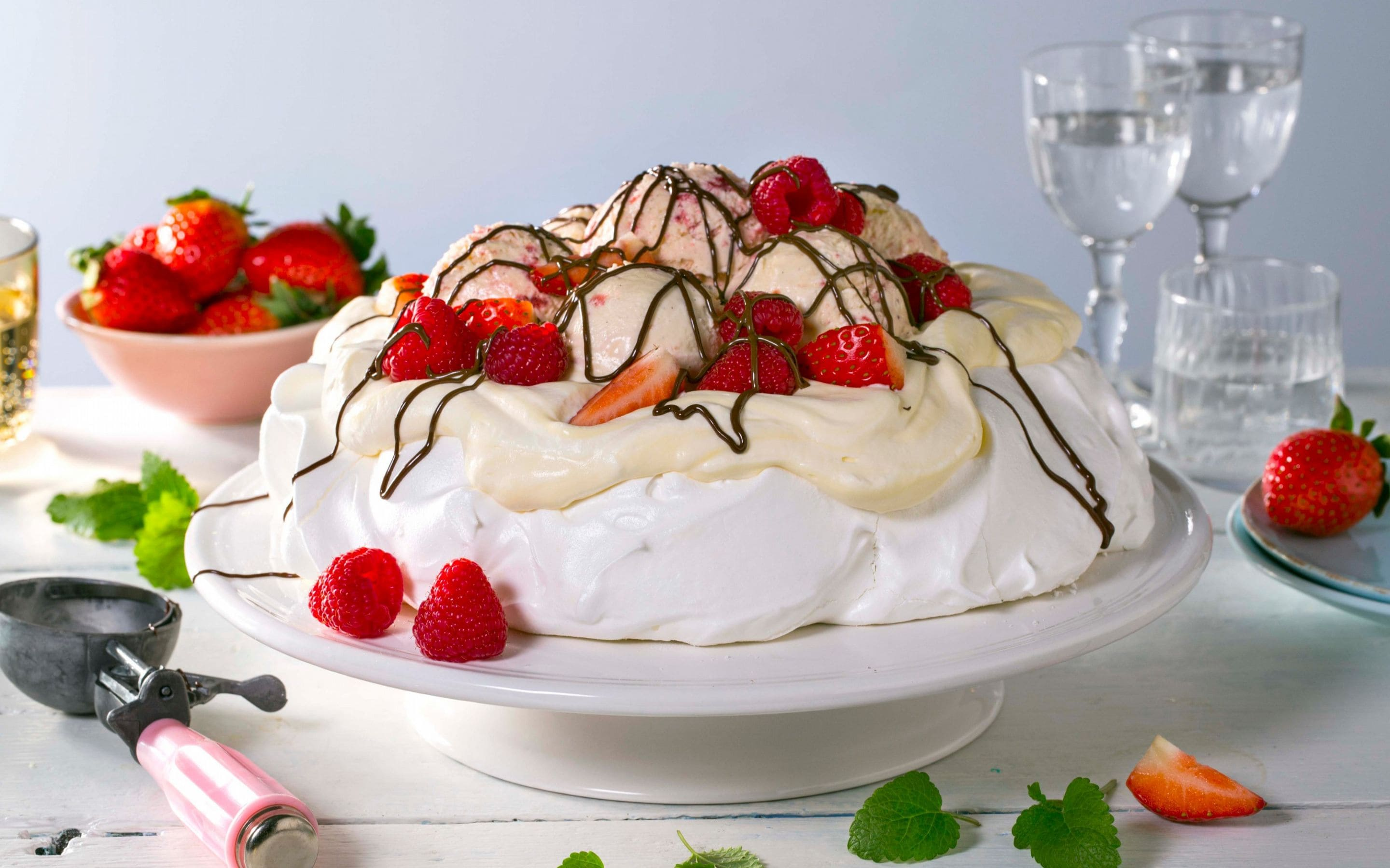 Pavlova med is og bær