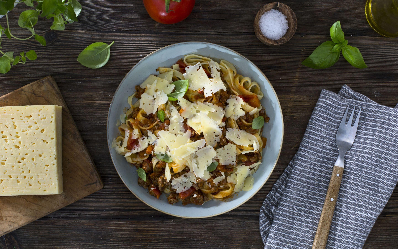 Pasta med kjøttsaus og revet Østavind®