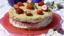 Oppskrift på Frossen ostekake med jordbærfyll