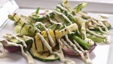 Oppskrift på Grillede grønnsaker med ostedressing