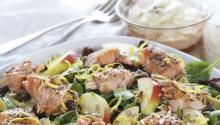 Oppskrift på Laksesalat med avocado, epler og honningyoghurt